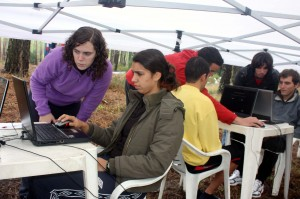 Andreia, Gildo e Tiago em plena execução de testes